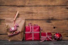 Τα κλασσικά κόκκινα δώρα Χριστουγέννων που τυλίγονται στο έγγραφο με χειροποίητο ράβουν Στοκ φωτογραφία με δικαίωμα ελεύθερης χρήσης