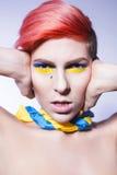 Τα κλείνοντας αυτιά προσώπων και δεν θέλουν να ακούσουν πολιτικά να φωνάξουν ψεμάτων Ουκρανικά σύμβολα και χρώματα Στοκ φωτογραφία με δικαίωμα ελεύθερης χρήσης