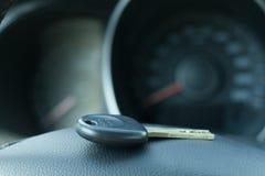 Τα κλειδιά αυτοκινήτων στο υπόβαθρο του τιμονιού και του εσωτερικού Στοκ Εικόνες