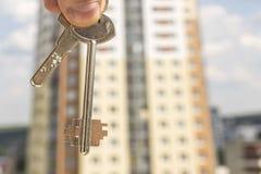 Τα κλειδιά και το σχέδιο ενός νέου κατοικημένου κτηρίου Στοκ εικόνα με δικαίωμα ελεύθερης χρήσης