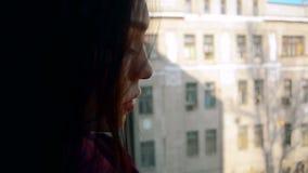 Τα λατινικά Brunette με όμορφο αποτελούν φαίνονται έξω το παράθυρο απόθεμα βίντεο