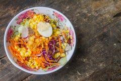 Τα λαχανικά σαλάτας, τοποθετούνται σε ένα κύπελλο του ροδαλού σχεδίου στο ξύλινο υπόβαθρο Στοκ εικόνα με δικαίωμα ελεύθερης χρήσης