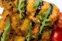 Τα λαχανικά στο οβελίδιο τηγάνισαν στο κτύπημα που διακοσμήθηκε με τα κολοκύθια ντοματών, μελιτζάνα, κολοκύθια Άσπρο πιάτο στο λε στοκ φωτογραφίες