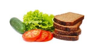 Τα λαχανικά, συστατικά για Vegan στριμώχνουν το αγγούρι, ντομάτες, φύλλα σαλάτας, ψωμί απομονωμένος απαγορευμένα στοκ εικόνες