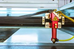 Τα λεπτά υλικά τεμνουσών μηχανών λέιζερ κόβουν το επικεφαλής μη απασχόλησης ανοικτό INS ακτίνων Στοκ φωτογραφία με δικαίωμα ελεύθερης χρήσης