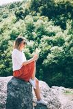 τα λουλούδια δίνουν τις νεολαίες γυναικών εκμετάλλευσής της Στοκ Εικόνα