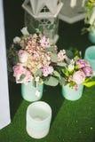 Τα λουλούδια διακοσμούν έναν όμορφο γάμο Στοκ Φωτογραφίες