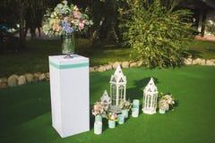 Τα λουλούδια διακοσμούν έναν όμορφο γάμο Στοκ Εικόνες