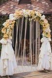Τα λουλούδια διακοσμούν τη γαμήλια αψίδα Στοκ Φωτογραφίες