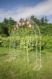 Τα λουλούδια διακοσμούν τη γαμήλια αψίδα Στοκ εικόνα με δικαίωμα ελεύθερης χρήσης