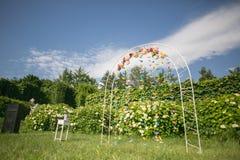 Τα λουλούδια διακοσμούν τη γαμήλια αψίδα Στοκ φωτογραφία με δικαίωμα ελεύθερης χρήσης