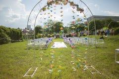 Τα λουλούδια διακοσμούν τη γαμήλια αψίδα Στοκ Φωτογραφία