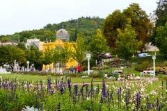 Τα λουλούδια διακοσμούν τον περίπατο στο πάρκο Στοκ εικόνα με δικαίωμα ελεύθερης χρήσης