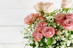 τα λουλούδια εμβλημάτων ανασκόπησης διαμορφώνουν λίγη ρόδινη σπείρα όμορφα ρόδινα τριαντάφυλλ&alp Στοκ εικόνα με δικαίωμα ελεύθερης χρήσης