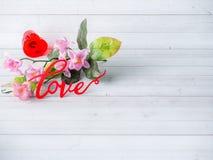 Τα λουλούδια ημέρας βαλεντίνων διακοσμήσεων αγαπούν το κόκκινο διάστημα αντιγράφων υποβάθρου καρδιών άσπρο Στοκ Εικόνες
