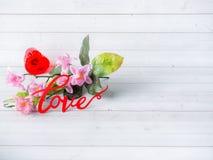 Τα λουλούδια ημέρας βαλεντίνων διακοσμήσεων αγαπούν το κόκκινο διάστημα αντιγράφων υποβάθρου καρδιών άσπρο Στοκ εικόνες με δικαίωμα ελεύθερης χρήσης