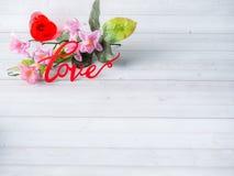 Τα λουλούδια ημέρας βαλεντίνων διακοσμήσεων αγαπούν το κόκκινο διάστημα αντιγράφων υποβάθρου καρδιών άσπρο Στοκ φωτογραφίες με δικαίωμα ελεύθερης χρήσης