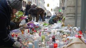 Τα λουλούδια και τα κεριά στη θέση μετά από την επίθεση τρόμου σε μια αγορά Χριστουγέννων, άνθρωποι τιμούν τη μνήμη των νεκρών απόθεμα βίντεο