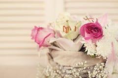 τα λουλούδια καλαθιών απομόνωσαν το λευκό Στοκ Εικόνες