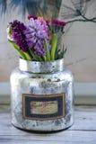Τα λουλούδια στο ασήμι μπορούν Στοκ εικόνα με δικαίωμα ελεύθερης χρήσης