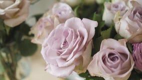Τα λουλούδια στο ψυγείο για το ανθοπωλείο Γάμος και εορταστικό ντεκόρ Ανθοδέσμη από τα λουλούδια άνοιξη απόθεμα βίντεο