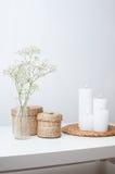 Τα λουλούδια, τα άσπρα κεριά και δύο έκλεισαν τα καλάθια Στοκ Εικόνες