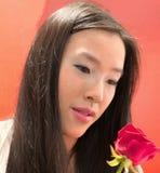 Τα μάτια νέων κοριτσιών καλός ένας κόκκινος αυξήθηκαν για την ημέρα βαλεντίνων ` s Στοκ φωτογραφία με δικαίωμα ελεύθερης χρήσης