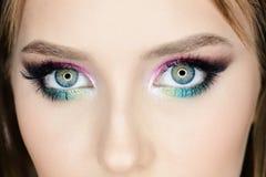 Τα μάτια της κυρίας με το σαγηνευτικό βλέμμα, κλείνουν επάνω στοκ εικόνες με δικαίωμα ελεύθερης χρήσης