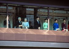 Τα μέλη της αυτοκρατορικής οικογένειας στο μπαλκόνι του παλατιού χαιρετιούνται από τους ανθρώπους στο τετράγωνο στο Τόκιο στοκ εικόνα
