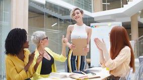 Τα μέλη της επιχειρησιακής επιχείρησης είναι συμφωνούν με τον ηγέτη τους φιλμ μικρού μήκους