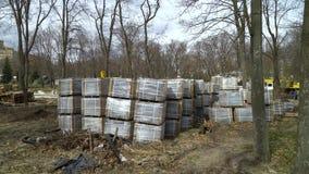 Τα μέρη των σωρών πετρών επίστρωσης αποθηκεύονται στο έδαφος στο εργο απόθεμα βίντεο