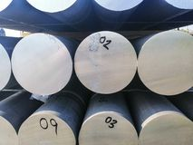 Τα μέταλλα και το αλουμίνιο συσσωρεύουν στο φορτίο αποθηκών εμπορευμάτων για τη μεταφορά στην κατασκευή του εργοστασίου στοκ εικόνα