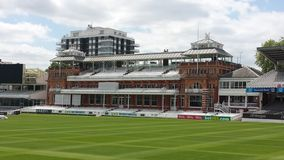 Τα μέλη στέκονται τους Λόρδους Cricket Ground Στοκ εικόνα με δικαίωμα ελεύθερης χρήσης