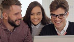 Τα μέλη της δημιουργικής ομάδας χαμογελούν ο ένας στον άλλο στο γραφείο απόθεμα βίντεο