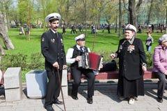 Τα μέλη του συνόλου παίζουν το ακκορντέον Kronstadt Kronstadt Στοκ Εικόνα