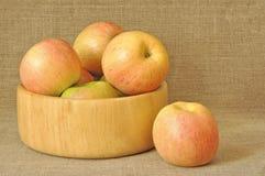 τα μήλα καλύπτουν ξύλινο Στοκ εικόνα με δικαίωμα ελεύθερης χρήσης