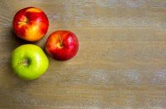 τα μήλα παρουσιάζουν ξύλι Στοκ Φωτογραφία