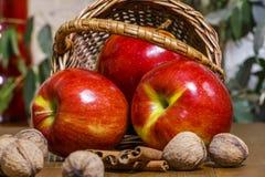 Τα μήλα είναι κόκκινα στο καλάθι στον πίνακα Κινηματογράφηση σε πρώτο πλάνο Στοκ Φωτογραφία