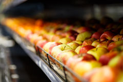 Τα μήλα είναι στην υπεραγορά Στοκ εικόνα με δικαίωμα ελεύθερης χρήσης
