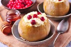 Τα μήλα που ψήνονται με το τυρί και τα τα βακκίνια που χύνονται το μέλι πρόγευμα υγιές Στοκ Εικόνα