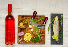 Τα μαγειρεύοντας ψάρια πεστροφών και αυξήθηκαν κρασί Στοκ Φωτογραφία
