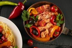 Τα μακαρόνια σε ένα δίκρανο Τηγανισμένη λωρίδα κοτόπουλου με τα φρέσκα και ψημένα λαχανικά στοκ εικόνα με δικαίωμα ελεύθερης χρήσης