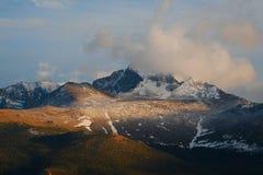 τα μακριά βουνά οξύνουν το  Στοκ φωτογραφία με δικαίωμα ελεύθερης χρήσης