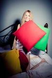 τα μαξιλάρια κοριτσιών ρίχν&o Στοκ εικόνα με δικαίωμα ελεύθερης χρήσης