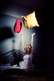 τα μαξιλάρια κοριτσιών ρίχν&o Στοκ Εικόνες