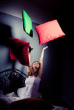 τα μαξιλάρια κοριτσιών ρίχν&o Στοκ φωτογραφία με δικαίωμα ελεύθερης χρήσης