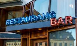 Τα μαυρισμένα μέσα σημαδιών εστιατορίων και φραγμών της ημέρας Στοκ φωτογραφίες με δικαίωμα ελεύθερης χρήσης