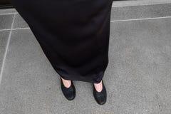 Τα μαύρα επίπεδα παπούτσια, κλείνουν επάνω τα θηλυκά μαύρα παπούτσια ένδυσης στο συγκεκριμένο υπόβαθρο Στοκ εικόνα με δικαίωμα ελεύθερης χρήσης