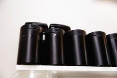 Τα μαύρα πλαστικά καρυκεύματα κονσερβοποιούν - δίσκος επιτραπέζιων εμπορευμάτων ζωής κουζινών ακόμα άλλη διαφορετική ουσία στην ε στοκ εικόνες με δικαίωμα ελεύθερης χρήσης
