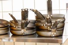 Τα μαύρα τηγάνια είναι σε ένα ράφι Στοκ φωτογραφίες με δικαίωμα ελεύθερης χρήσης